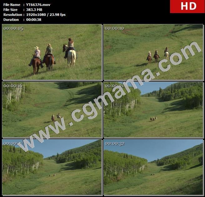 YT66376三个骑着马欧美年轻妇女经过草地上慢慢向前高清实拍视频素材