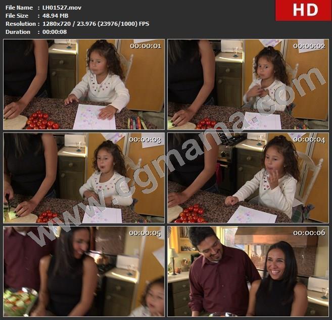 LH01527couple-talking-with-daughter-in-kitchen_夫妇在厨房与女儿交谈高清实拍视频素材