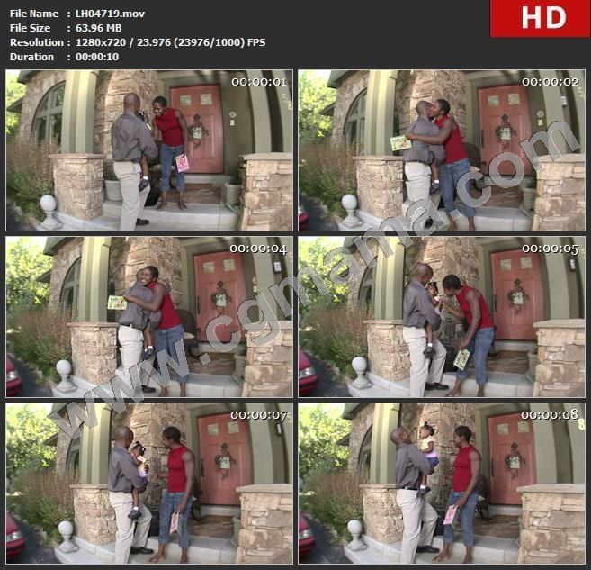 LH04719mother-and-daughter-greeting-dad-as-he-comes-home-妈妈和女儿在回家的时候问候爸爸 (1)高清实拍视频素材